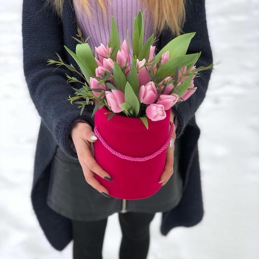 Шляпная коробка с нежными тюльпанами