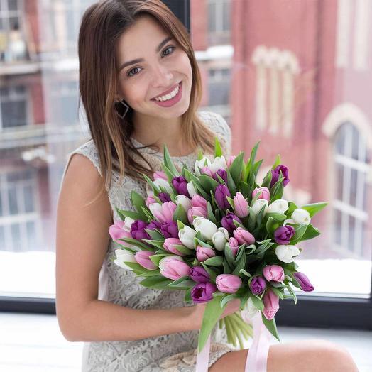 Микс из 51 белых, розовых и фиолетовых тюльпанов: букеты цветов на заказ Flowwow