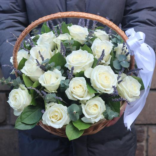 Корзина из роз и лаванды: букеты цветов на заказ Flowwow