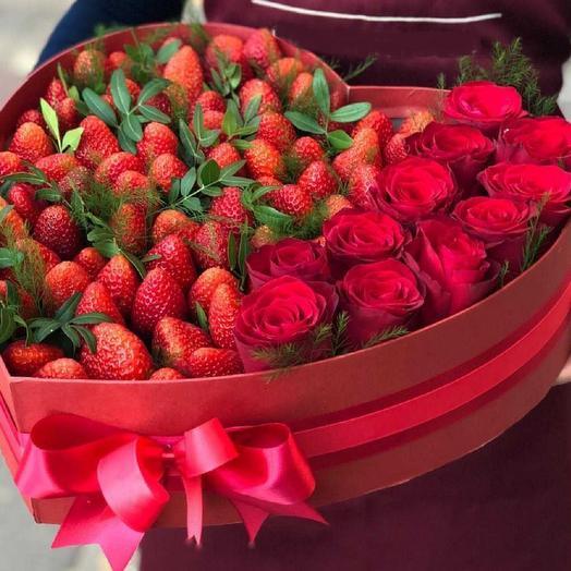 Коробка с клубникой и розами: букеты цветов на заказ Flowwow