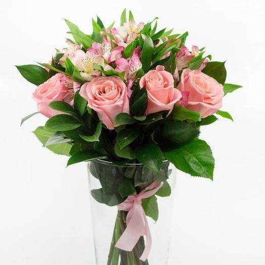 Нежный букет с розой и альстромерией