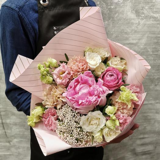 Милый букет с пионом и лизиантусом в розовых тонах для Любимого учителя