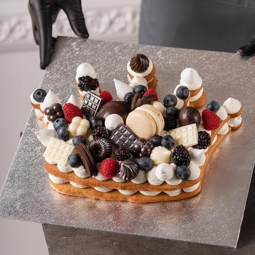 Торт в виде короны с ягодами и шоколадом