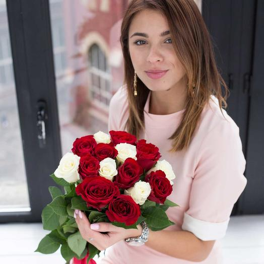 """""""НК"""" 15 красных и белых подмосковных роз"""