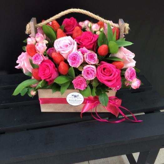 Розы с клубникой в ящике