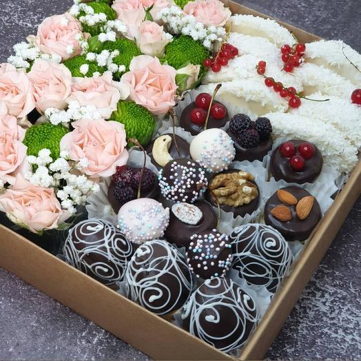 Фрукты в шоколаде с цветами