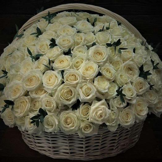 101 белая роза в плетенной корзине