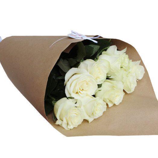 Белые розы в крафте