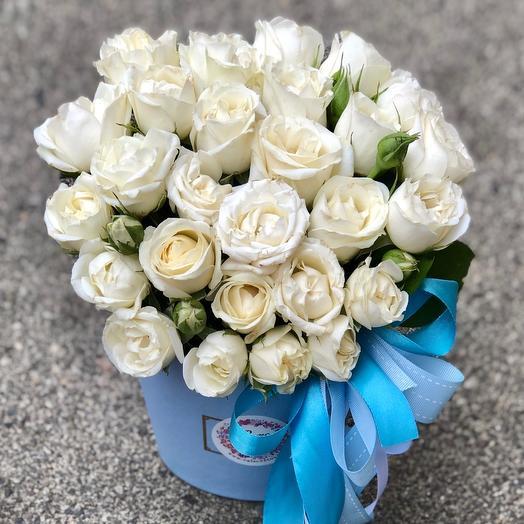 Коробка с белыми кустовыми розами