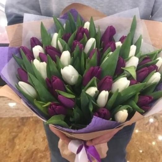 Микс белых и фиолетовых тюльпанов