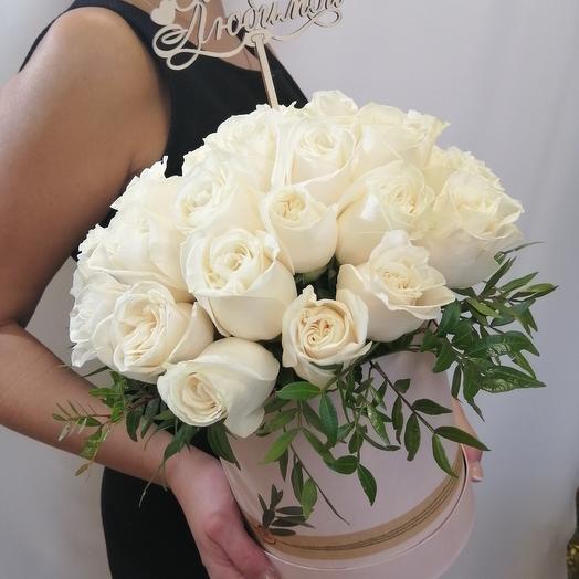 33 белые розы в коробке
