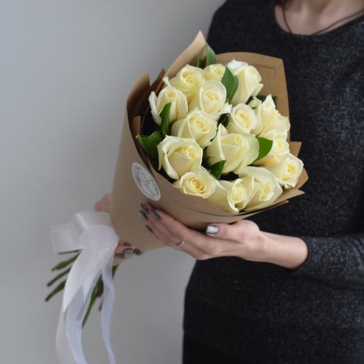 Lady Flowers - 15 белых роз с зеленью в оформлении
