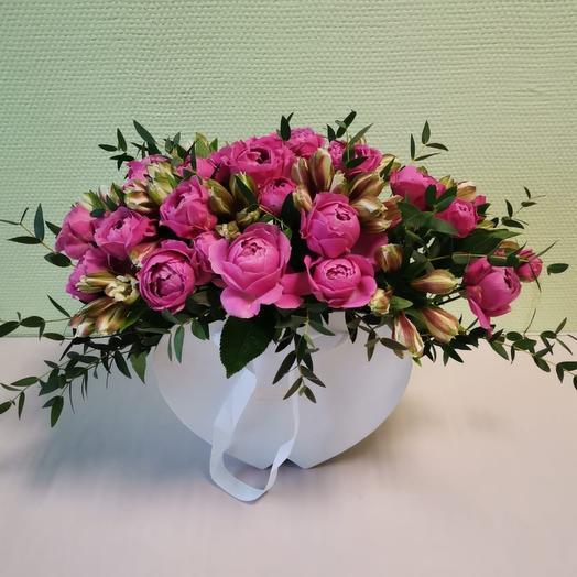 Пионовидные розы в коробке-сердце