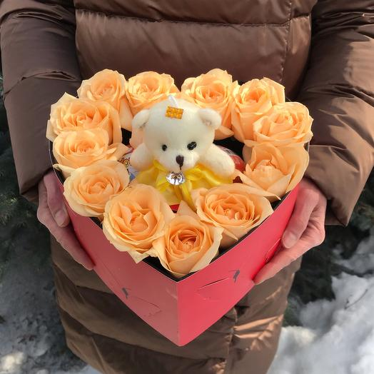 Розы в коробке-сердце с мягкой игрушкой и киндер сюрпризом