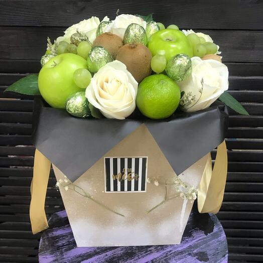 Цветы в коробке, с фруктами и конфетами