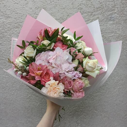 Нежный с гортензией и ассорти цветов