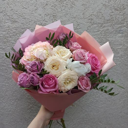 Нежный с пионом, гортензией и розами