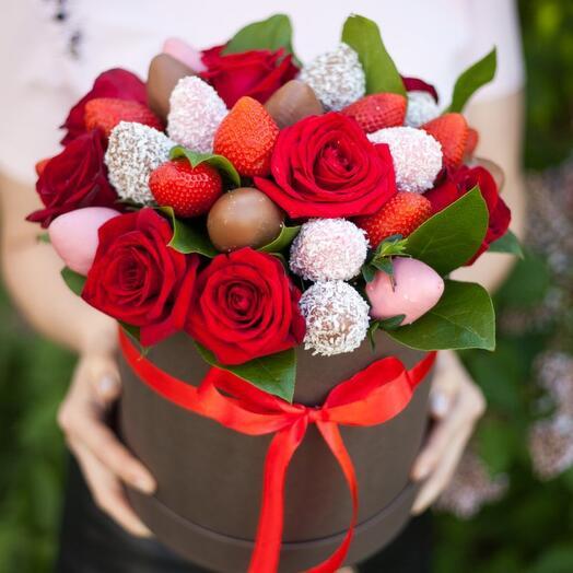 Композиция из роз и клубники «Тебе прекрасной»
