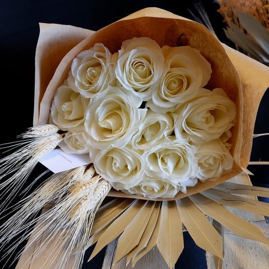 Розы с сухоцветами в крафте
