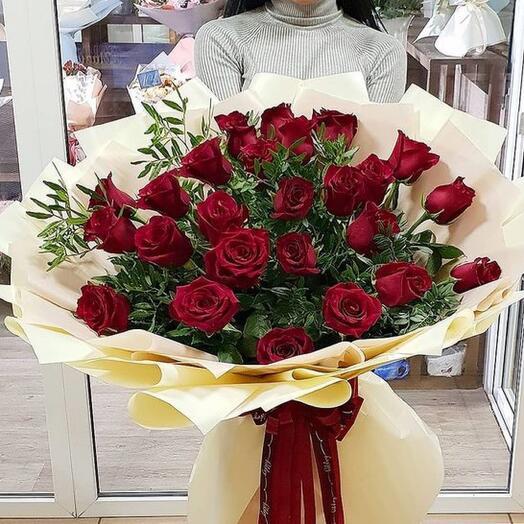 Букет -гигант из 31 бордовой розы с зеленью