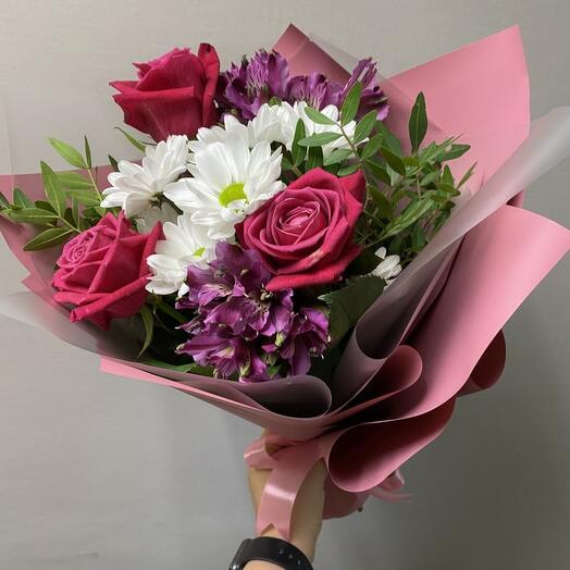 Букет из роз хризантем и алстромерий