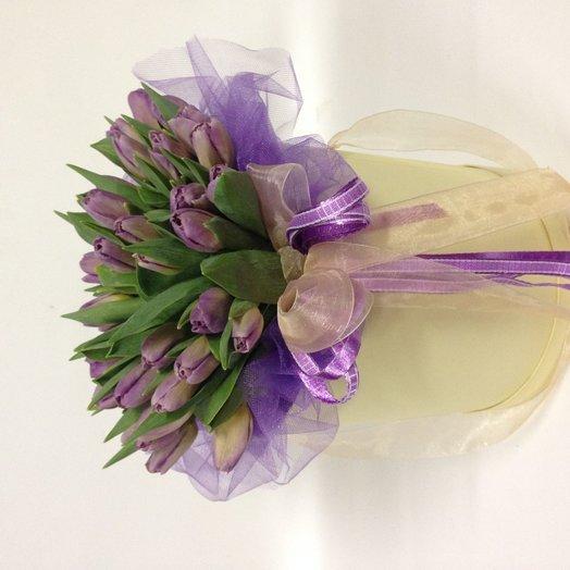 Букет фиолетовых тюльпанов в коробочке: букеты цветов на заказ Flowwow