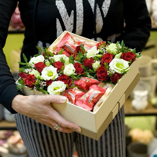 Коробка с цветами и сладостями  Яркое соло