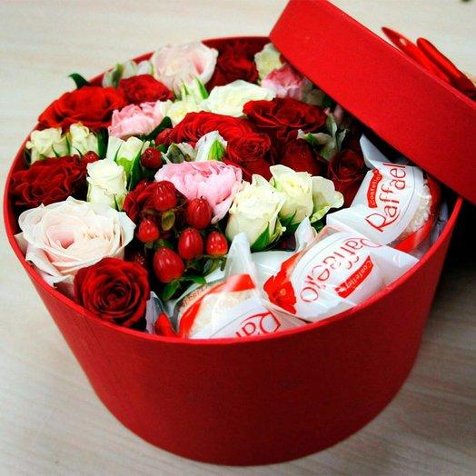 Коробка в ассортименте с цветами и раффаелой