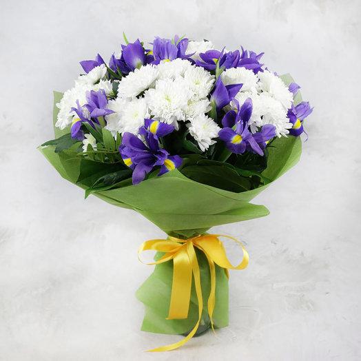 Букет из ирисов и кустовых хризантем в фетре: букеты цветов на заказ Flowwow