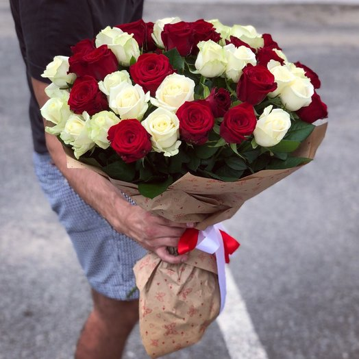 Красно-белый микс: букеты цветов на заказ Flowwow