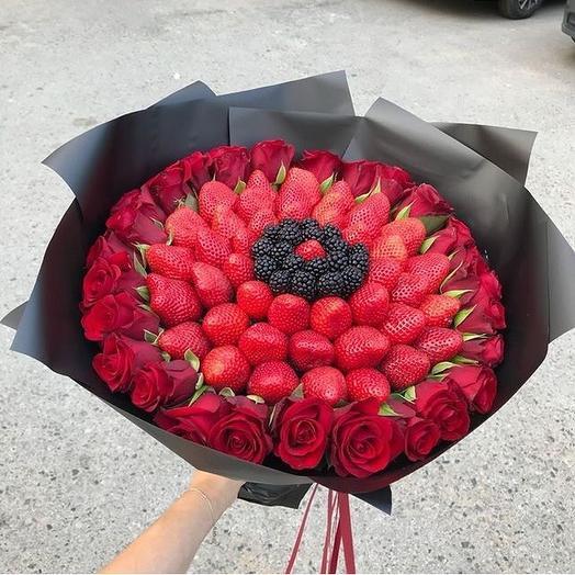 Букет с клубникой, ежевикой, розами «Воспоминание»: букеты цветов на заказ Flowwow