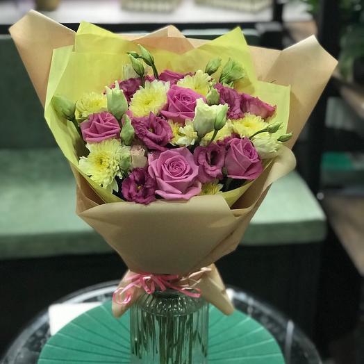 Яркий букет из хризантемы, розы и эустомы