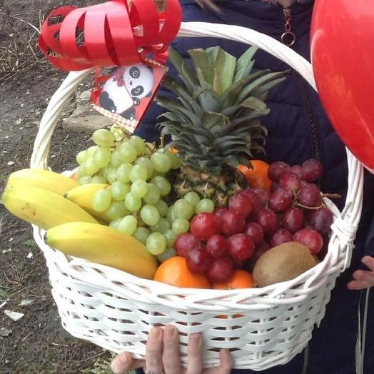 Большая корзина с фруктами