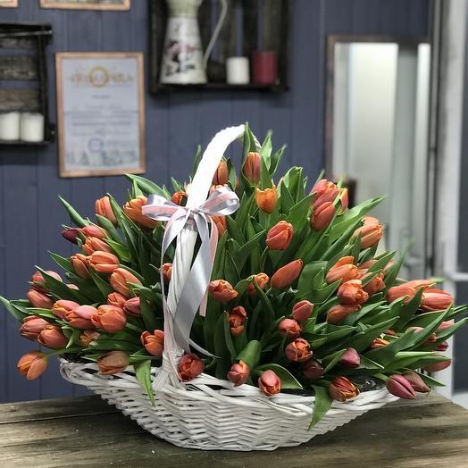 """101 тюльпан в корзине """"Теплые чувства"""": букеты цветов на заказ Flowwow"""