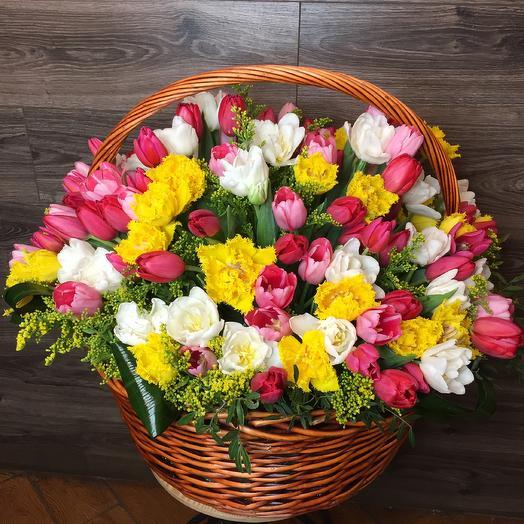 Корзина 101 тюльпан: букеты цветов на заказ Flowwow