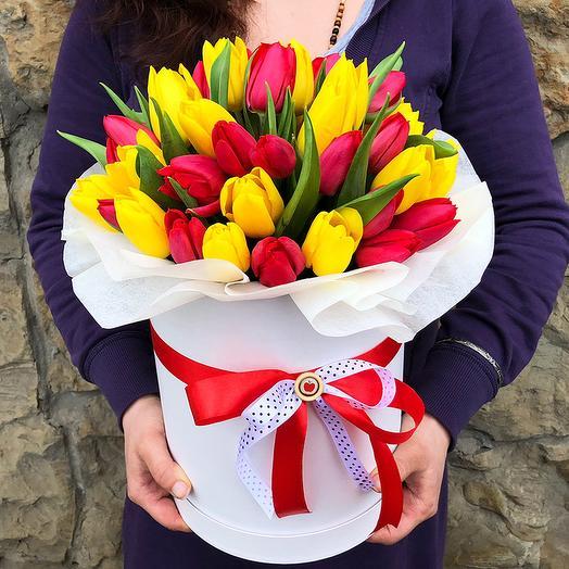 яркий микс тюльпанов в коробке