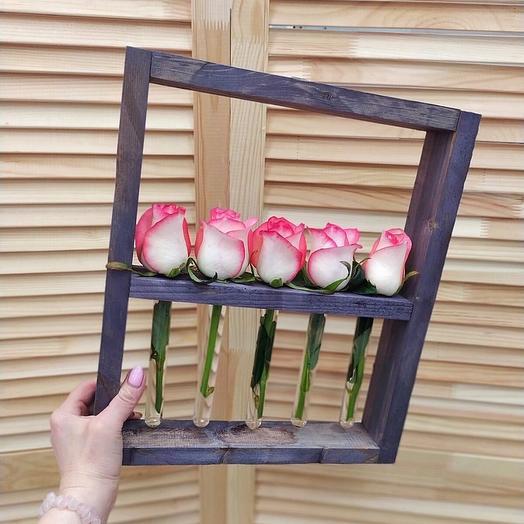 Розы в рамке с колбами
