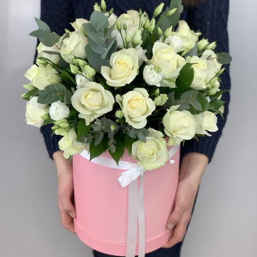 Коробка с белыми розами и эустомой: букеты цветов на заказ Flowwow
