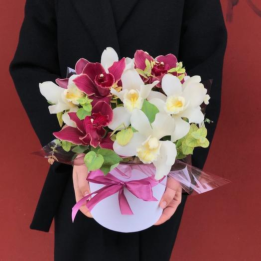 Композиция из орхидей в шляпной коробке