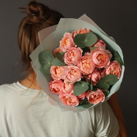 Букет из пионовидных роз Джульетта и веточек эвкалипта
