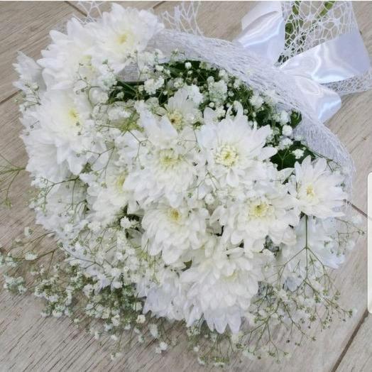 """Букет """"Снежный пух"""" 5 кустовых хризантем, гипсофила, воздушная упаковка"""