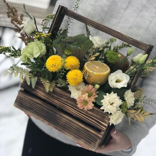Ящик с цветами и фруктами