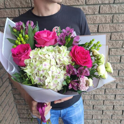 Яркий букет с гортензией и ароматными розами Pink Floyd