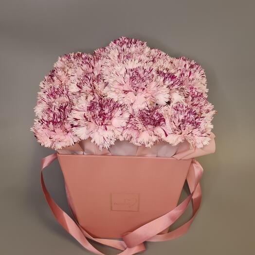 Цветы в коробкебукет из 19 гвоздик