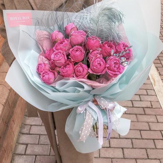 Букет из пионовидных роз с пером