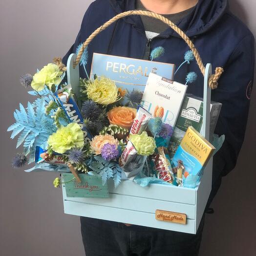 Ящик с цветами и вкусняшками