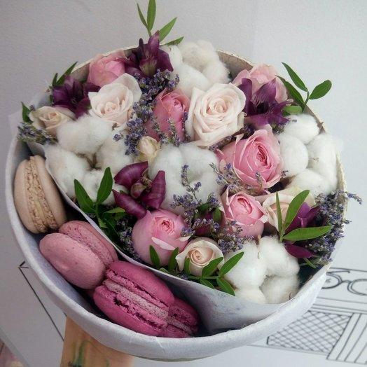 Коробка цветов с пирожными макарон: букеты цветов на заказ Flowwow