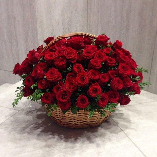 55 роз в корзине