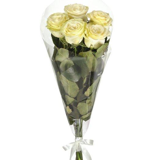 5 белых роз в пленке от Floristic World.: букеты цветов на заказ Flowwow