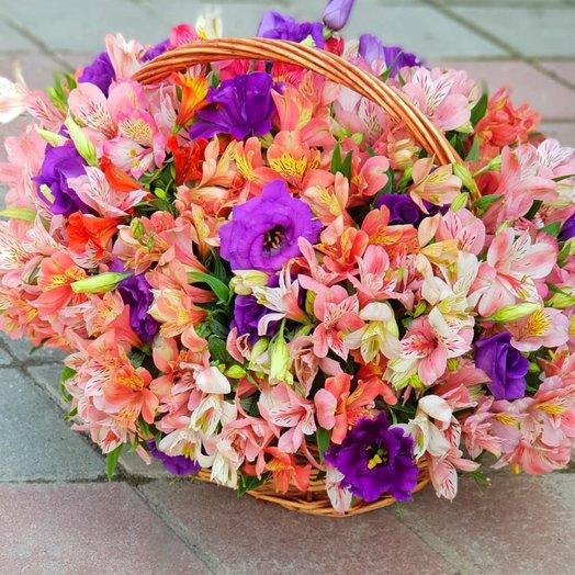 Корзина Альстормерий: букеты цветов на заказ Flowwow